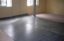 Sol PVC technique dans locaux industriels (mise en place des lés)